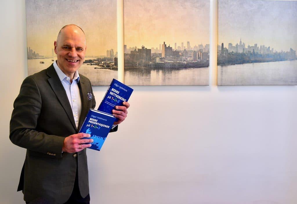 Edgar Valdmanis med hans bok Bedre Nettverking på 1-2-3.